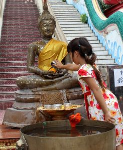 Songkran_cleaning-of-Buddha-figure_2013_IMG_5521